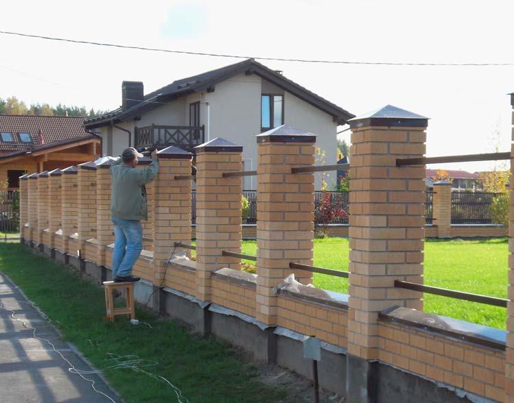 Видео как построить кирпичный забор своими руками