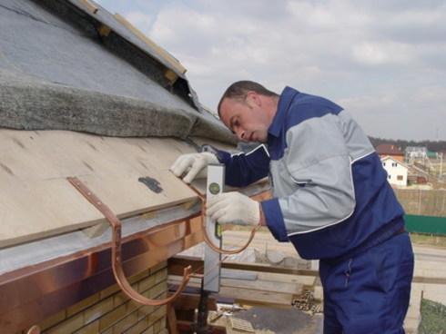 Как установить водосток на крыше
