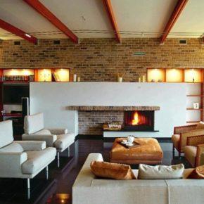 Интерьер гостиной с камином - фото (32)