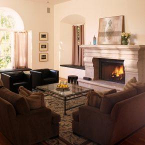 Интерьер гостиной с камином - фото (54)