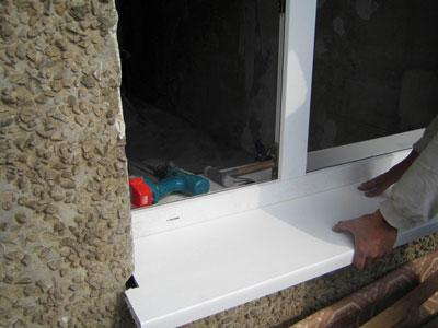 Установка подоконника для окна из ПВХ